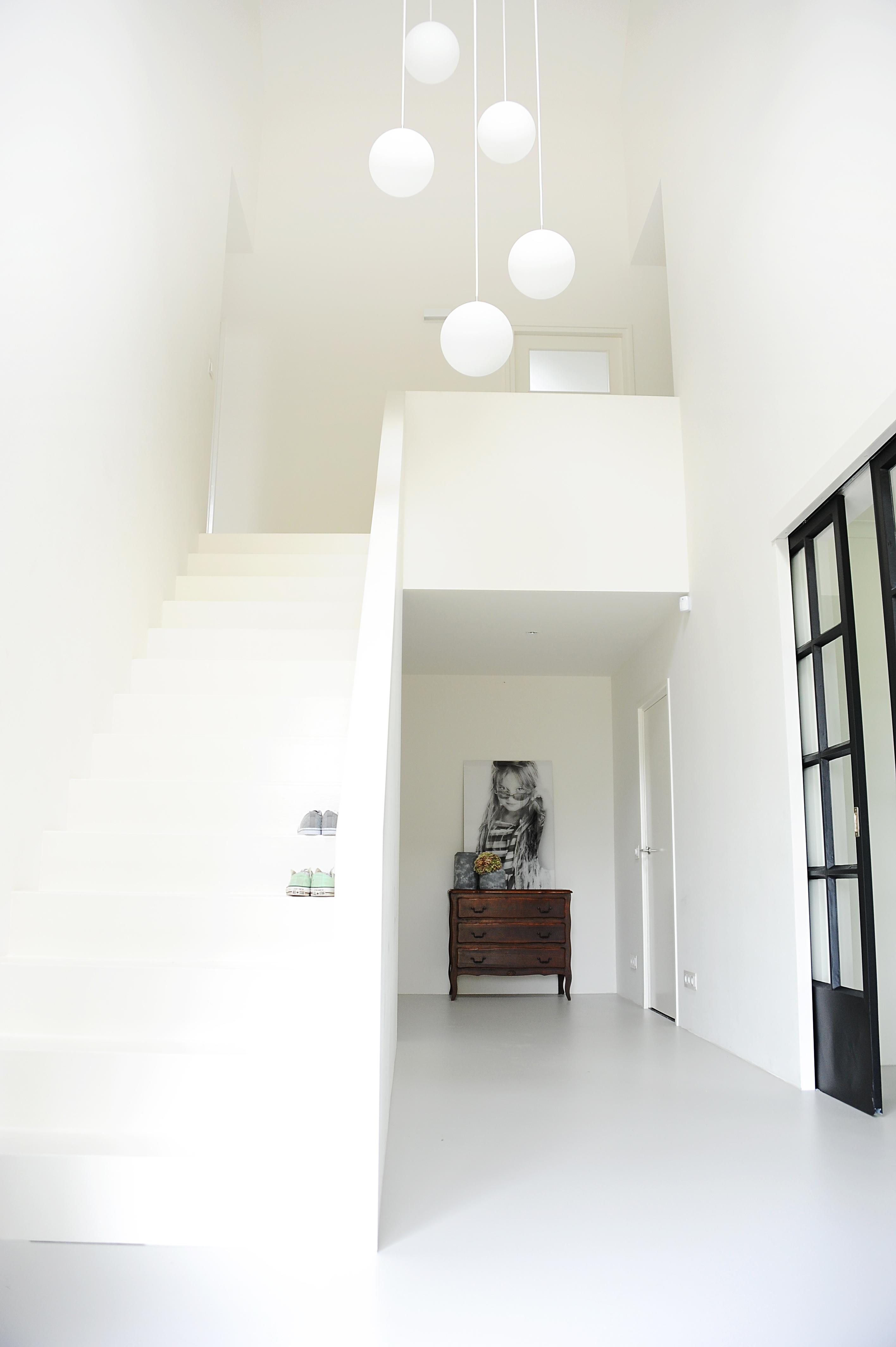 Moderne witte badkamer een kern met entree trap wc en speelkamer verbindt de woonkamer - Moderne entreehal ...