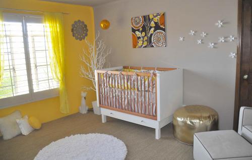 babykamer met geel