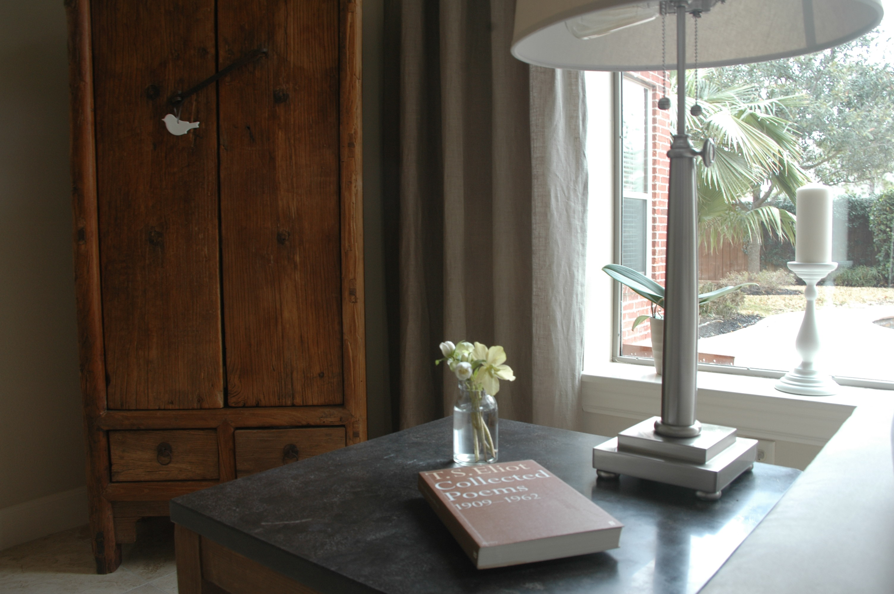 Vanessa anton en hun dochters helena en florence thuis in for Interieur inspiratie woonkamer