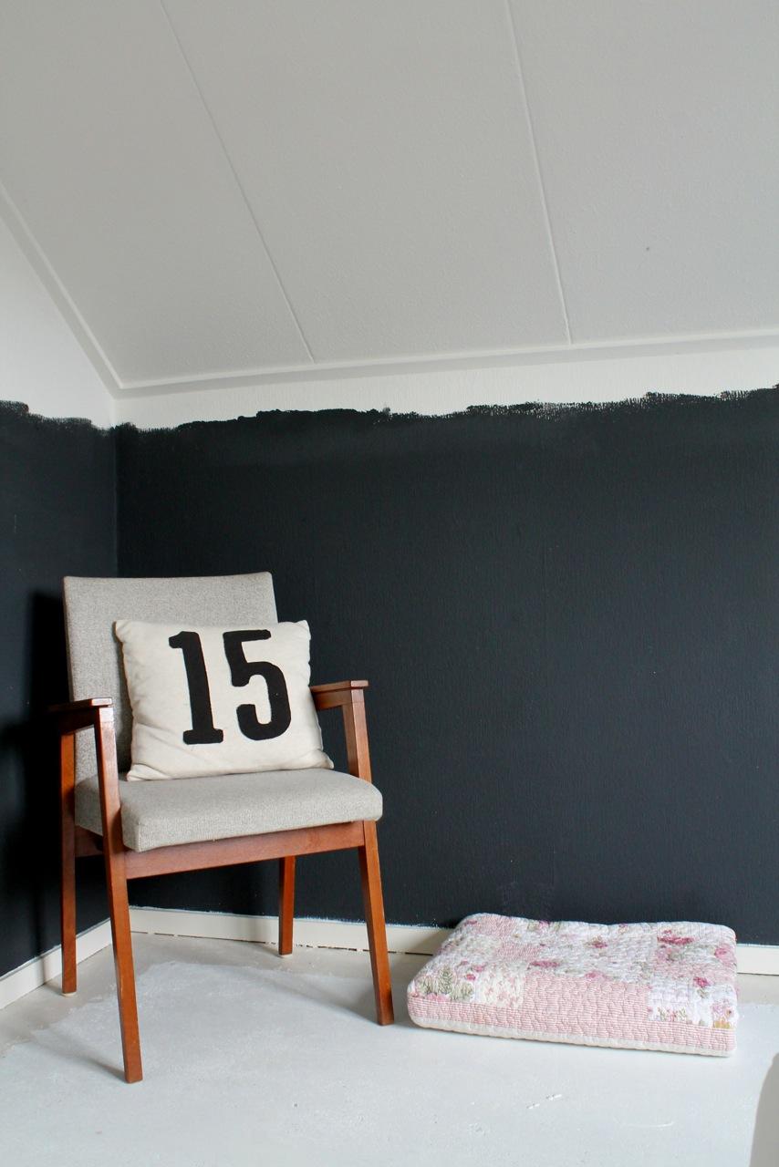 Slaapkamer Met Zwarte Muur : Zolder slaapkamer met zwarte vloer en ...