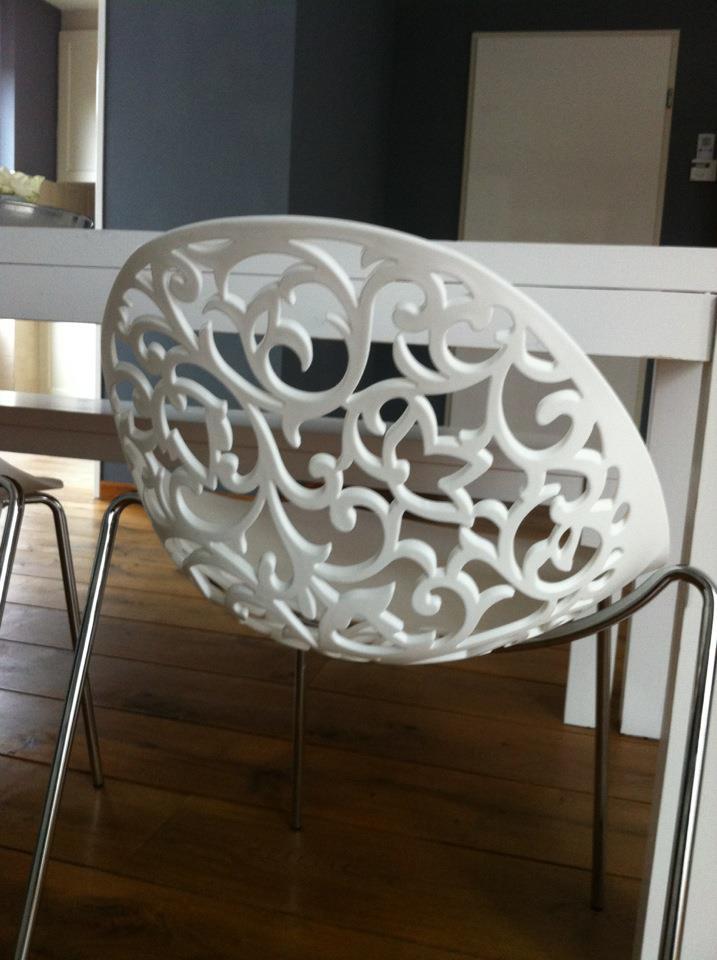 landelijke eethoek met moderne stoelen
